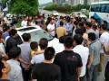 宝马女肇事后喊人殴打围观群众 (5)