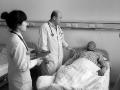 """医生帮患者垫付医疗费16年 被称""""垫钱哥"""""""