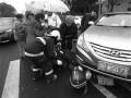 浙江一老人被压车轮下 路人携手抬车将其救出