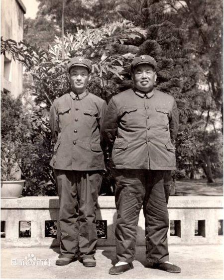 1977年许光与父亲许世友将军在广州合影
