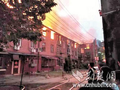 图为:火灾现场(读者刘先生供图)