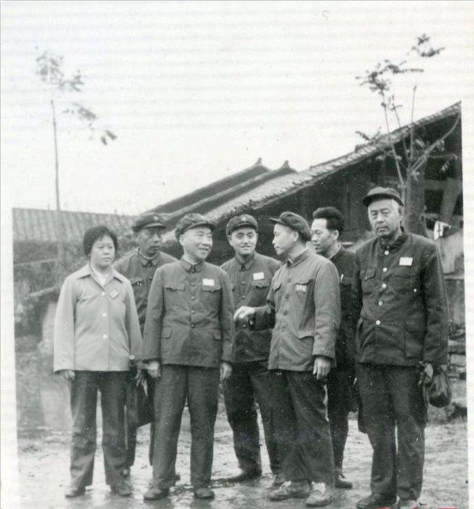 图01:1983年11月9日,段苏权将军(前排左二),在秀山县副县长帅秀芝(前排左一)等人的陪同下,前往秀山梅江区,调查了解当年他在秀山县梅江被民团打伤经过。